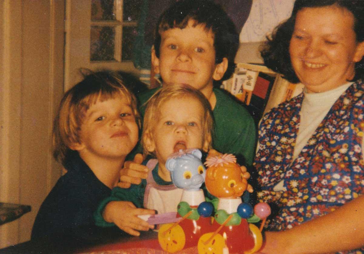 Egy életrajzi portré elképzelhetetlen egy régi családi fotó nélkül. Középen fent én, körülöttem Édesanyám és Édestestvéreim.