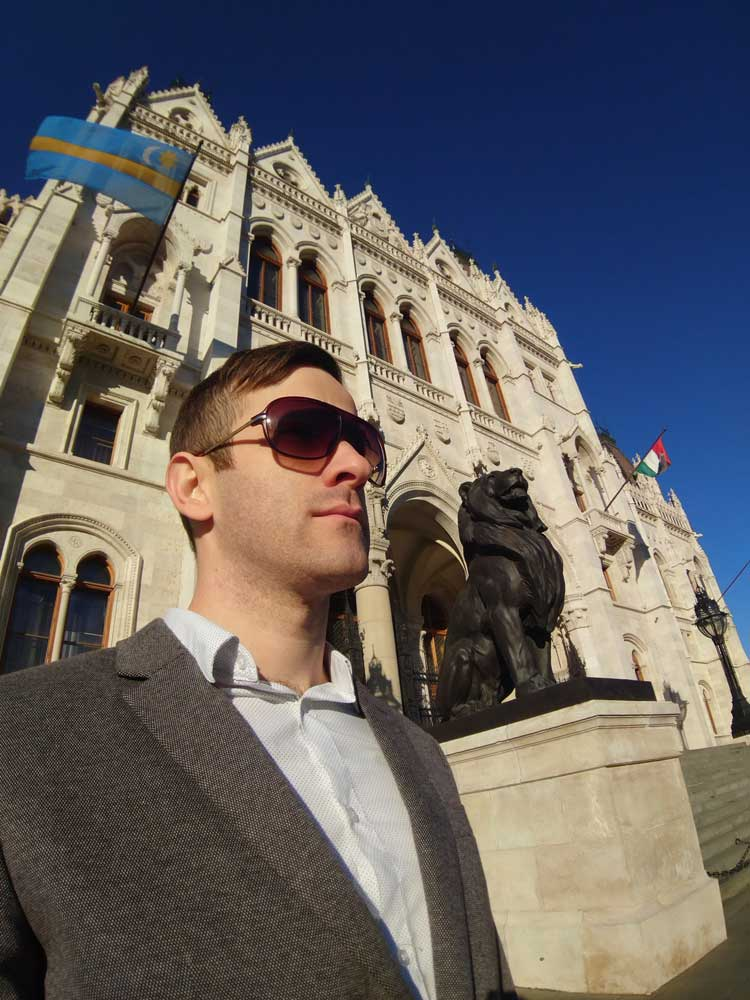 Felvettem egy fotó erejéig az oroszlán tekintetemet. Háttérben a székely és a magyar zászló.