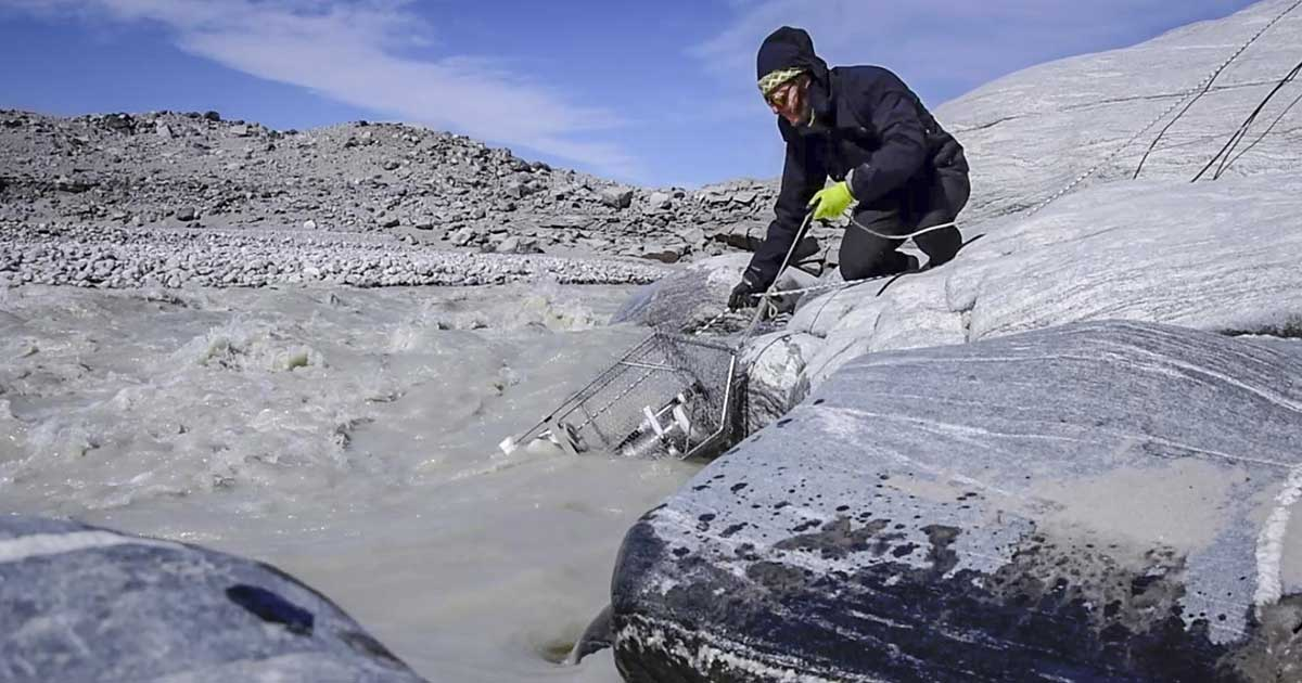 Guillaume Lamarche-Gagnon metánérzékelőt telepít egy grönlandi gleccser olvadási helyszínén. / Fotó: Bulinova/Instagram: maru.bulin
