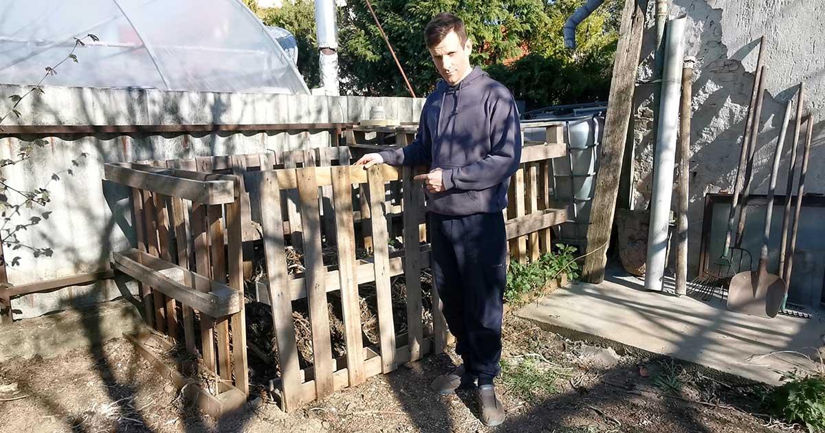 Már egy éve áll a kertemben a házilag raklapból készített komposztálóm, aminek tartalma megérett az átrostálásra.