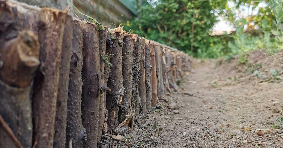 A kerti ötletek közül például itt van a fahulladékból készült ágyásszegély.