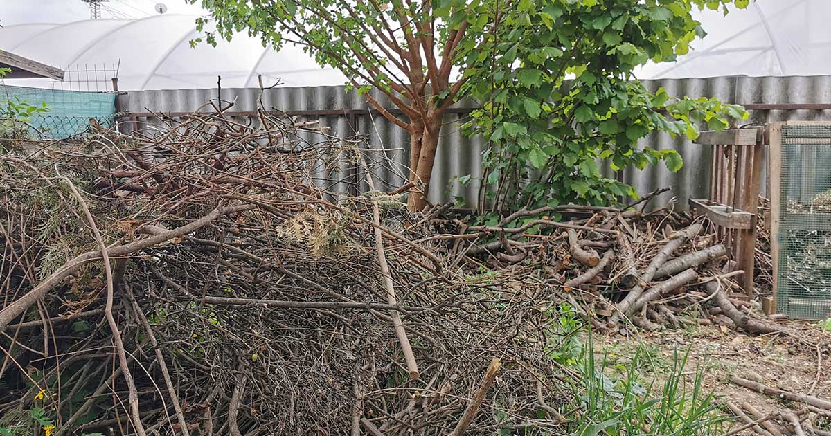 A kerti fahulladék az ágyásszegély alapanyaga.