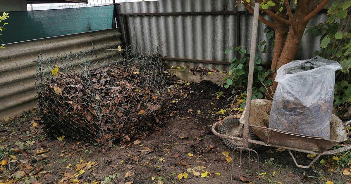 A kertem sarkába állított diófalevél drótkomposztáló.